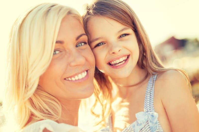 Glückliches Mutter- und Kindermädchen draußen lizenzfreie stockbilder