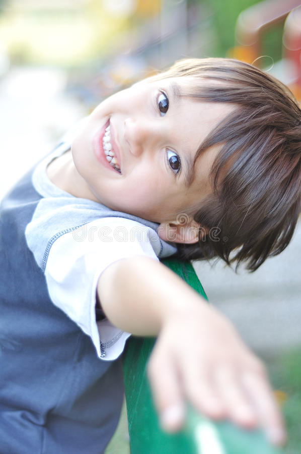Glückliches nettes Kind stockbilder