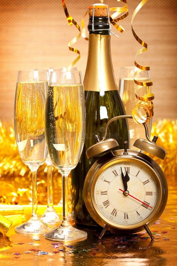 Glückliches neues Jahr - Champagne und Borduhr stockfotos