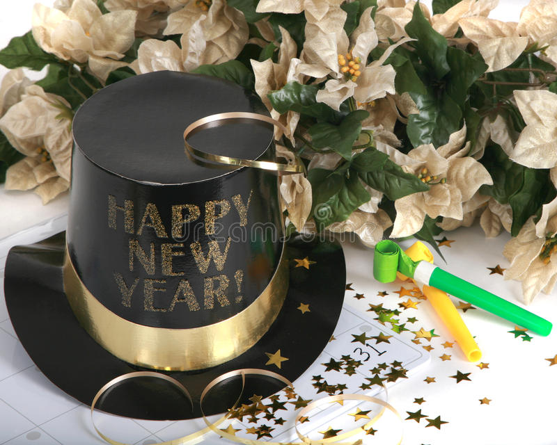 Glückliches neues Jahr mit Geräuschherstellern und Feiertag flowe lizenzfreie stockbilder