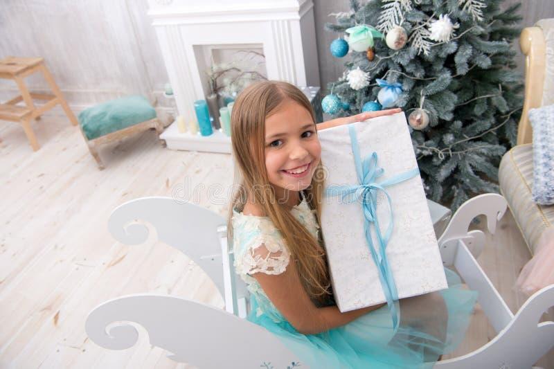Glückliches neues Jahr Winter Weihnachtsbaum und Geschenke Weihnachtson-line-Einkaufen Lokalisiert auf weißem Hintergrund Der Mor stockfoto