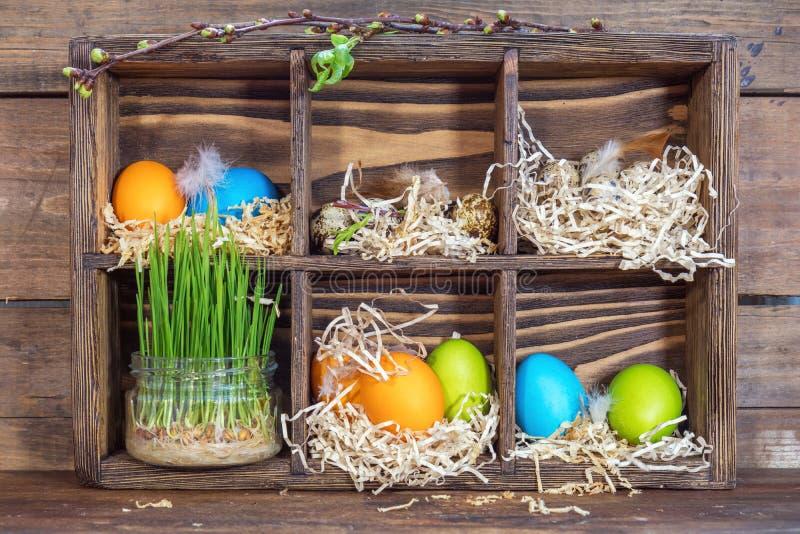 Glückliches Ostern-Feiertagskonzept Bunte Hühnereiwachteleier lizenzfreie stockfotos