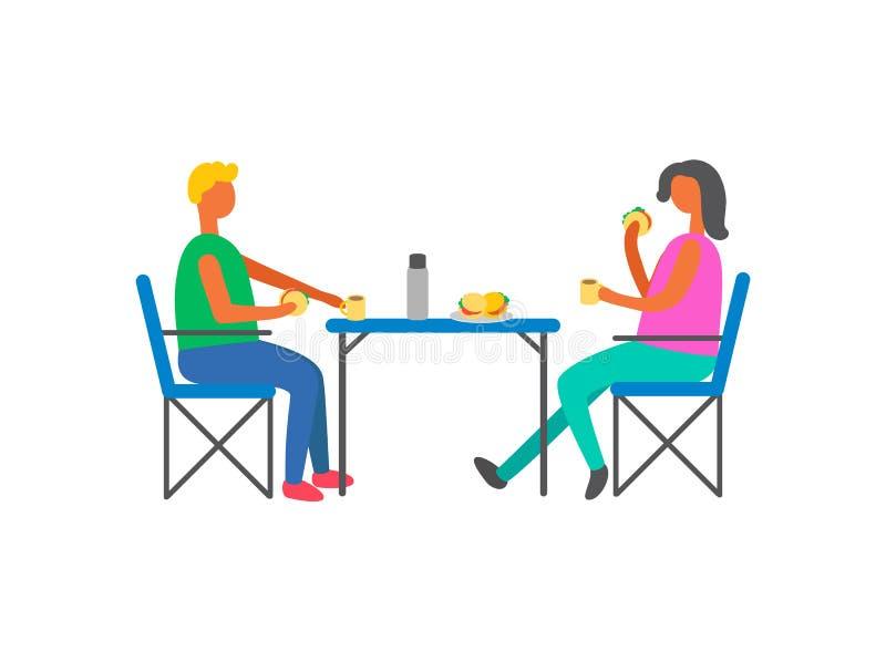 Glückliches Paar auf dem Picknick, das bei Tisch auf Stühlen sitzt lizenzfreie abbildung