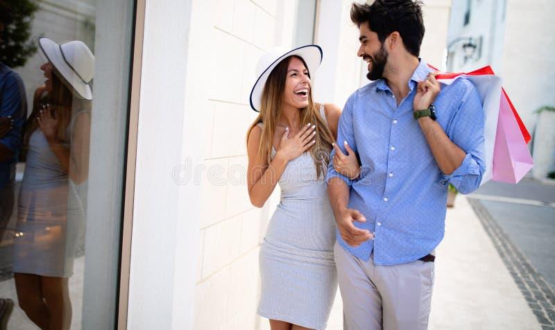 Glückliches Paar auf dem Sommerferieneinkaufen und -besichtigung lizenzfreie stockbilder