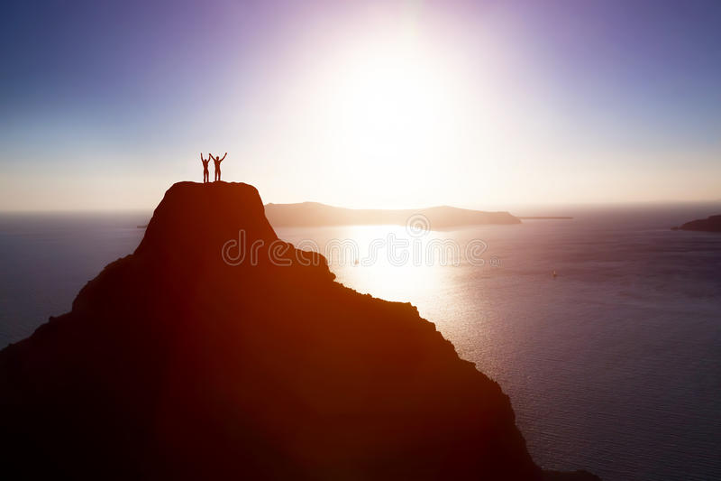 Glückliches Paar auf die Oberseite des Berges über Ozean das Leben, Erfolg feiernd stockbilder