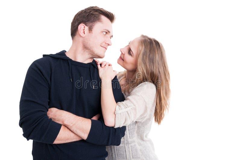 Glückliches Paar, das affektiv aufwirft und ist stockfoto