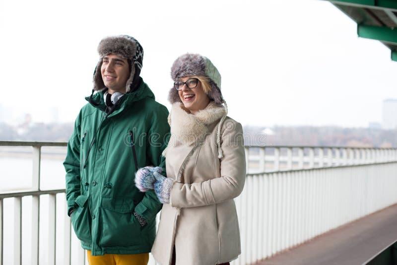 Glückliches Paar, das auf Fußweg während des Winters geht lizenzfreie stockfotos