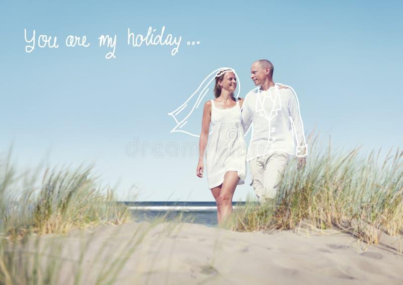 Glückliches Paar, das auf Strand mit Zitat geht stockfotografie