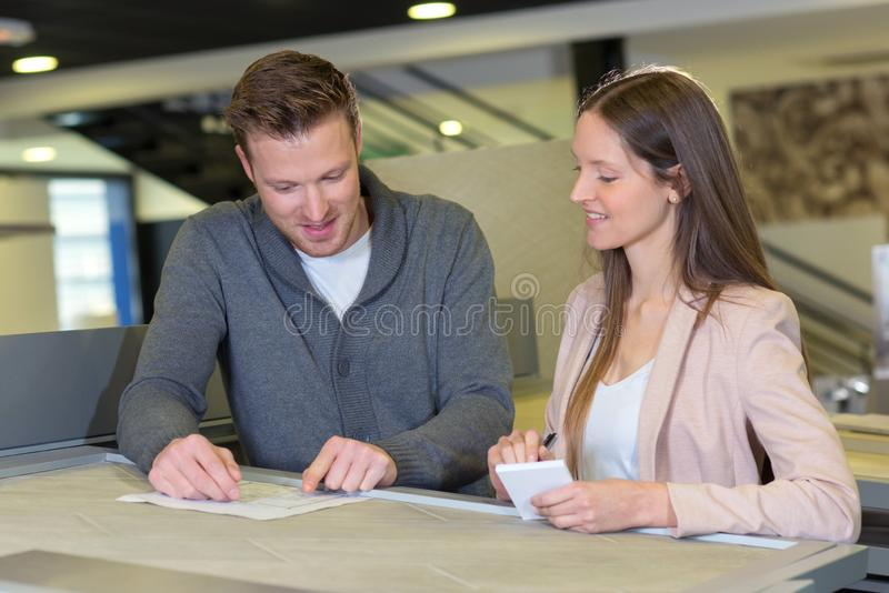 Glückliches Paar, das Buchhaltung überprüft stockbild