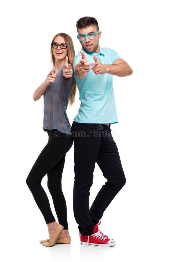 Glückliches Paar, das Daumen herauf Geste, schöne Junge m halten lächelt lizenzfreie stockbilder