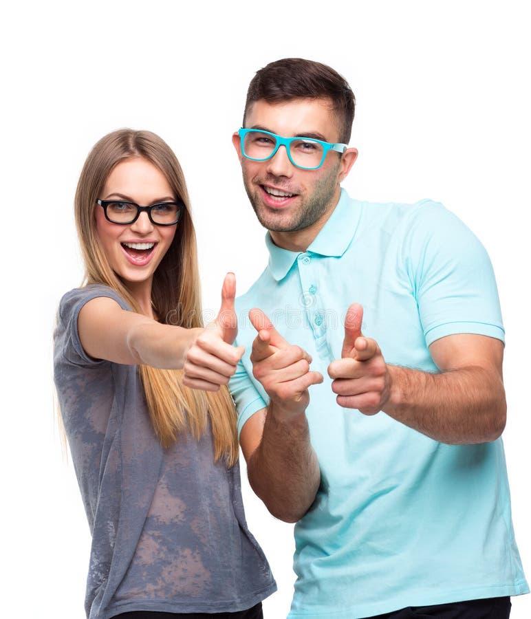 Glückliches Paar, das Daumen herauf Geste, schöne Junge m halten lächelt lizenzfreie stockfotos