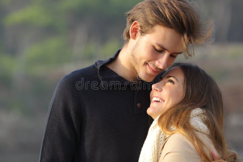Glückliches Paar, das draußen in der Liebe umarmt lizenzfreie stockfotos