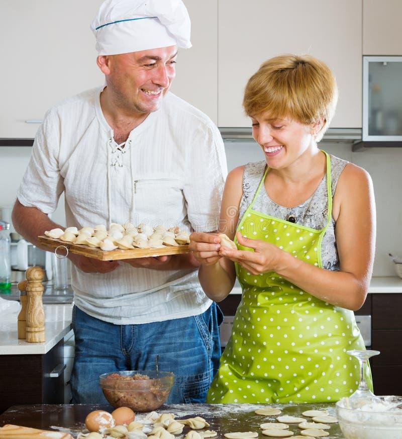 Glückliches Paar, das Fleischmehlklöße macht lizenzfreie stockbilder