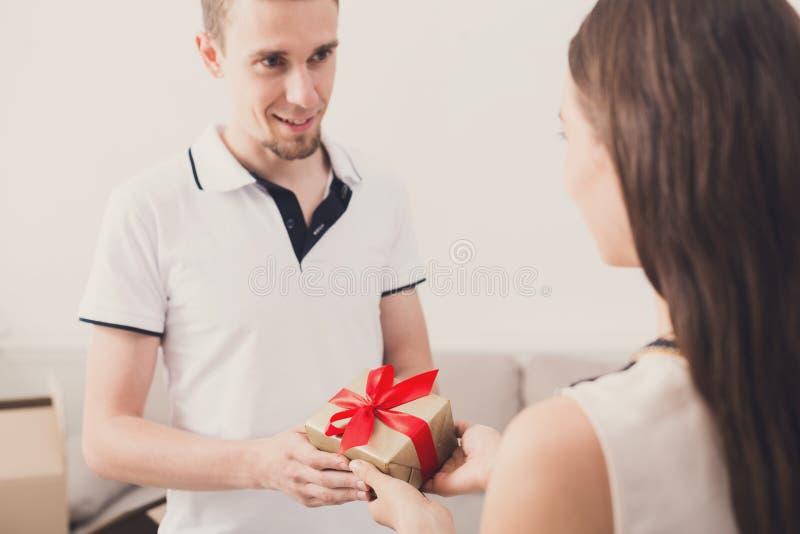 Glückliches Paar, das Geschenke, Kopienraum austauscht lizenzfreie stockfotos