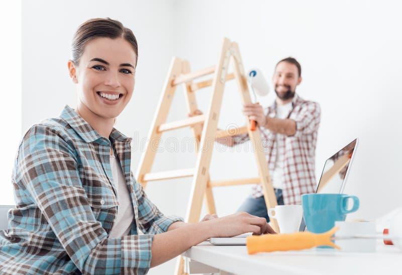 Glückliches Paar, das ihr Haus umgestaltet stockfotos