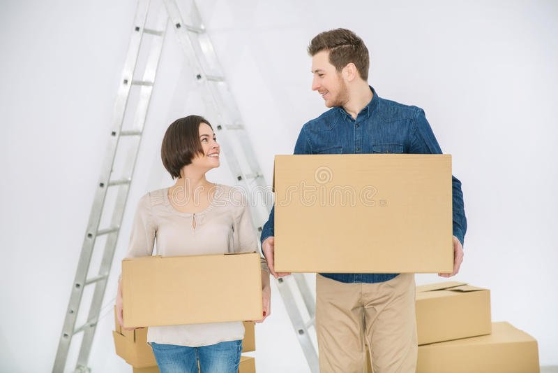 Glückliches Paar, das Kästen hält lizenzfreie stockbilder