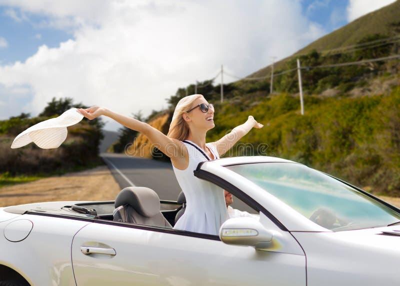 Glückliches Paar, das in konvertierbares Auto fährt lizenzfreie stockbilder