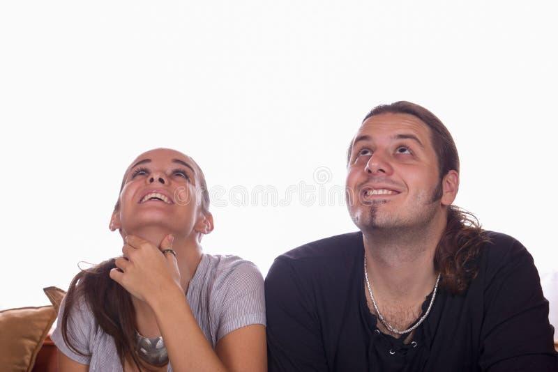 Glückliches Paar, das oben schaut stockfotografie