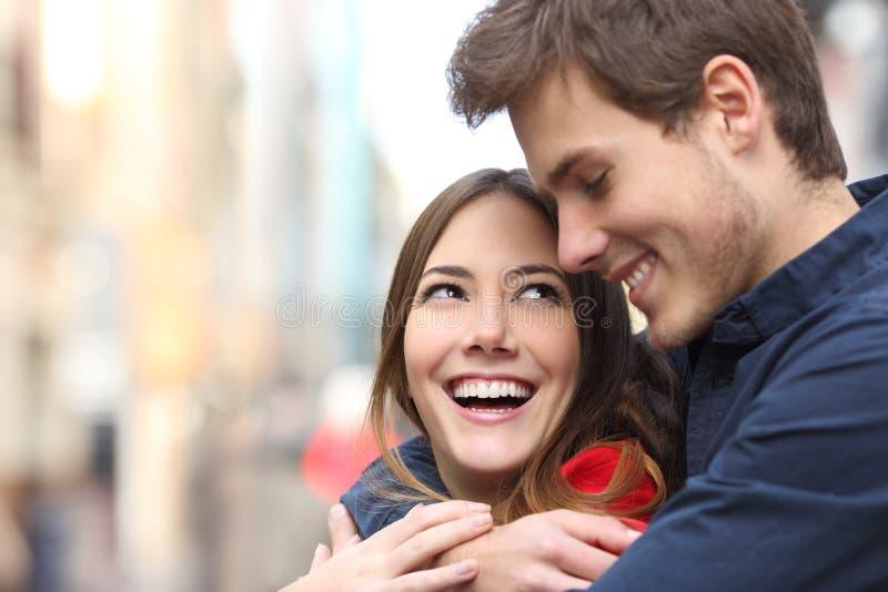 Glückliches Paar, das schauend umfasst lizenzfreie stockfotos