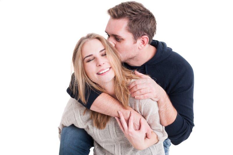 Glückliches Paar, das seiend affektiv aufwerfen und Küssen lizenzfreies stockfoto