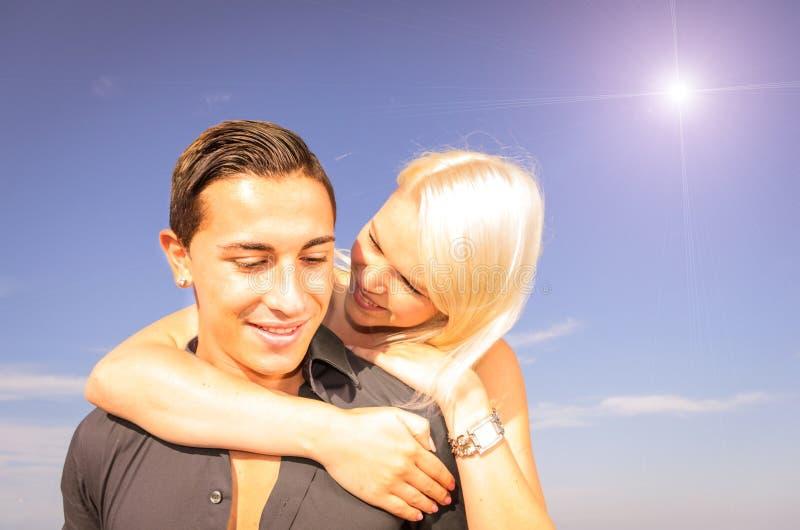 Glückliches Paar, das Spaß hat lizenzfreie stockbilder