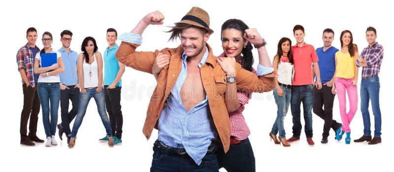 Glückliches Paar, das Spaß vor ihrer großen Gruppe Freunden hat lizenzfreie stockfotos