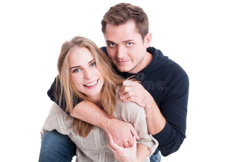 Glückliches Paar, das spielerisch aufwirft und ist stockfoto
