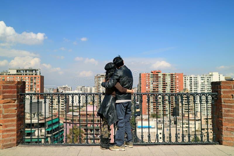 Glückliches Paar, das am Standpunkt von Santa Lucia Hill, Santiago, Chile, Südamerika umfasst stockfotos