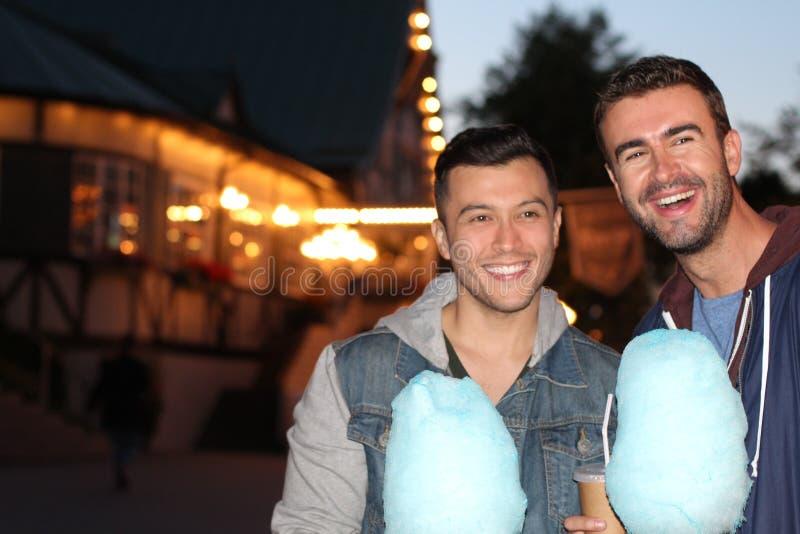 Glückliches Paar, das während des Datums am Freizeitpark lächelt lizenzfreie stockfotografie