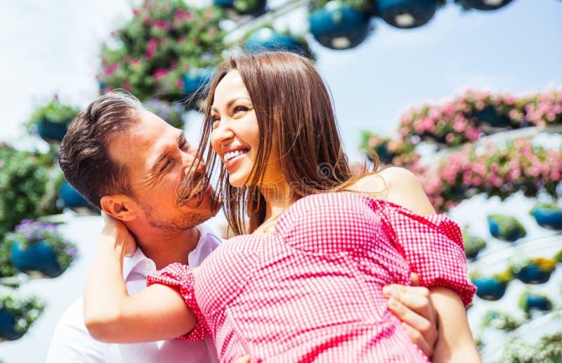 Glückliches Paar, das Zeit in einem Park verbringt lizenzfreie stockfotografie