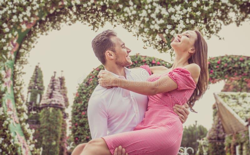 Glückliches Paar, das Zeit in einem Park verbringt stockfotografie