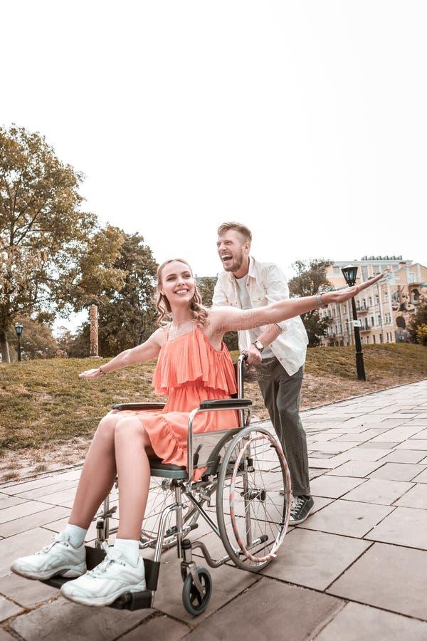 Glückliches Paar, das Zeit im Park verbringend lächelt und genießt stockfotografie