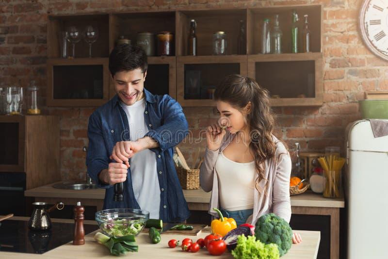 Glückliches Paar, das zusammen Abendessen kocht lizenzfreie stockfotos