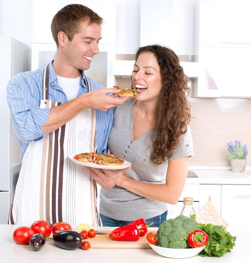 Glückliches Paar, das zusammen kocht stockbilder