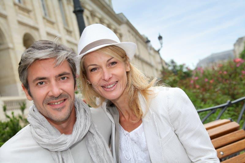 Glückliches Paar an den Einkaufstagen in der Stadt lizenzfreies stockbild