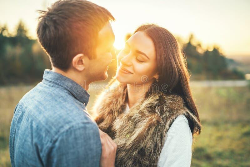 Glückliches Paar in der Liebe, die auf dem Gebiet sich entspannt lizenzfreies stockbild