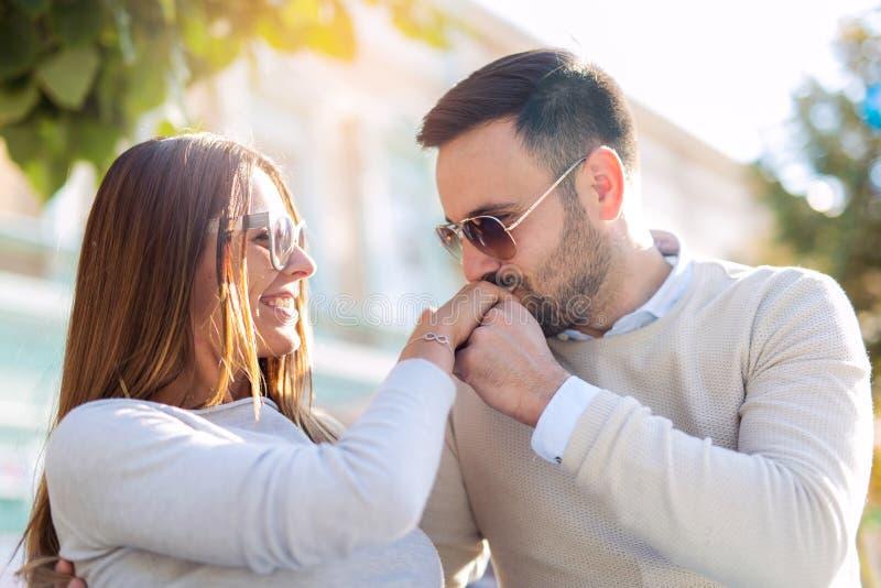 Glückliches Paar in der Liebe, die Spaß draußen hat stockbild