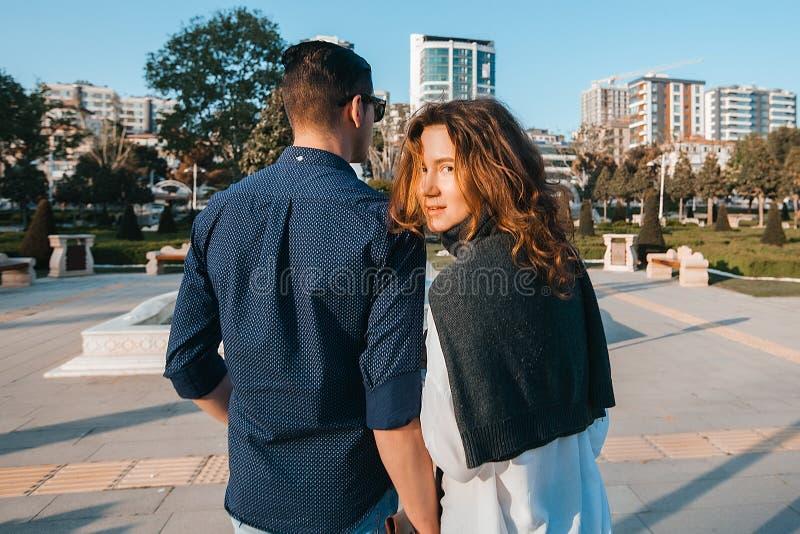 Glückliches Paar in der Liebe gehend in den Park stockbild