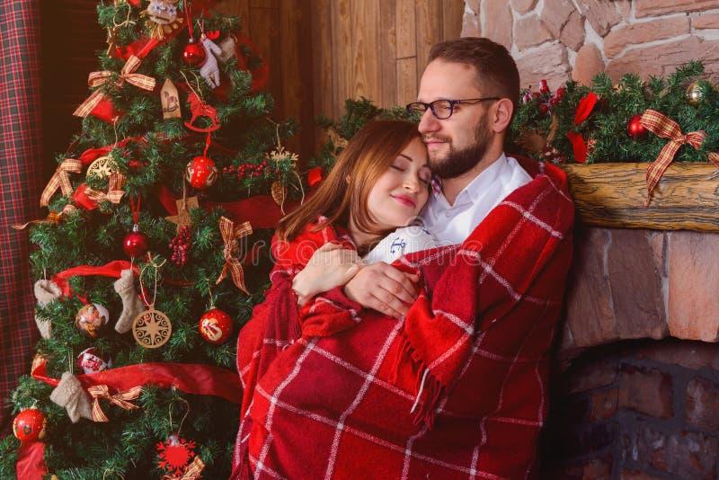 Glückliches Paar in der Liebe mit rotem Plaid lizenzfreie stockfotos