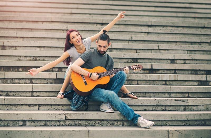 Glückliches Paar in der Liebesdatierung stockbilder