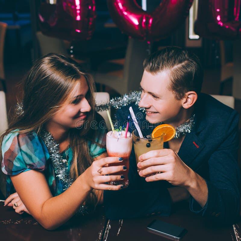 Glückliches Paar an der Partei des neuen Jahres stockfotografie
