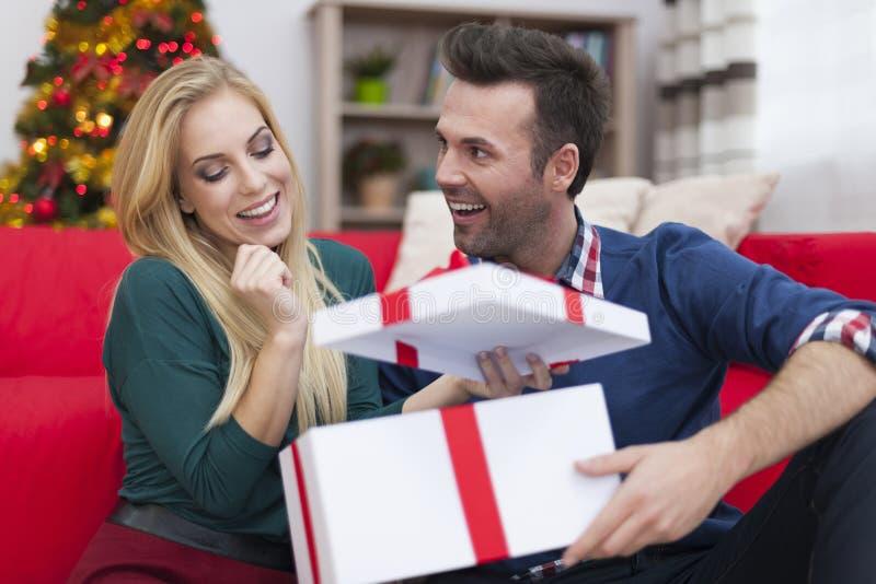 Glückliches Paar in der Weihnachtszeit lizenzfreies stockbild
