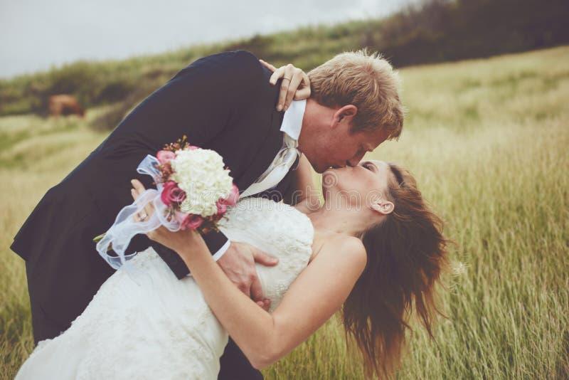Glückliches Paar gerade geheiratet stockbild