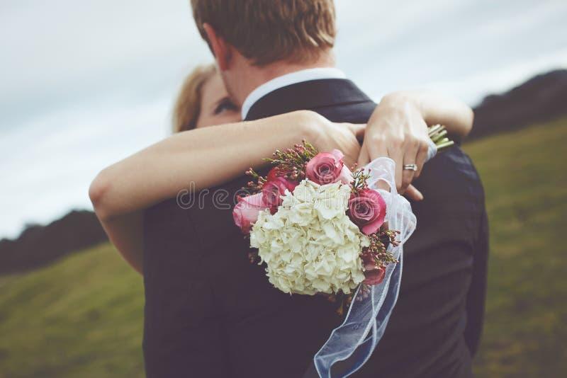 Glückliches Paar gerade geheiratet stockfotografie