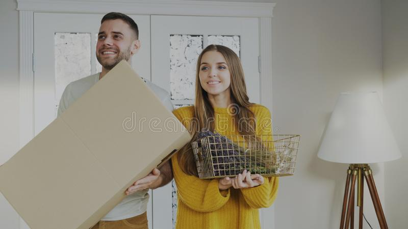 Glückliches Paar glücklich, ihr neues Haus zum ersten Mal zu betreten lizenzfreie stockfotos