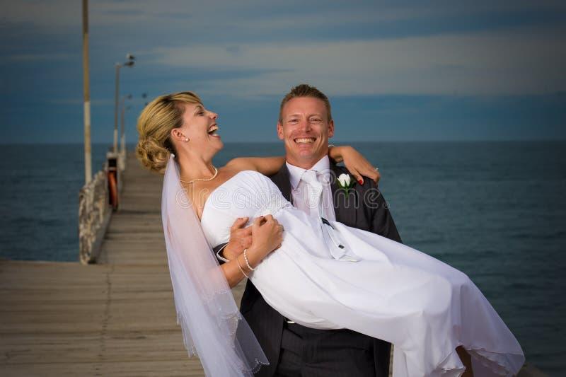 Glückliches Paar an ihrem Hochzeitstag. lizenzfreie stockbilder