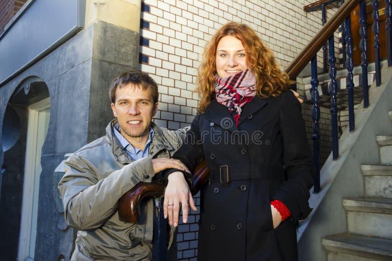 Glückliches Paar im Freien in der Liebe, Amsterdam-Hintergrund stockbild