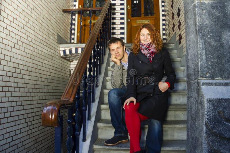 Glückliches Paar im Freien in der Liebe, Amsterdam-Hintergrund stockfotografie