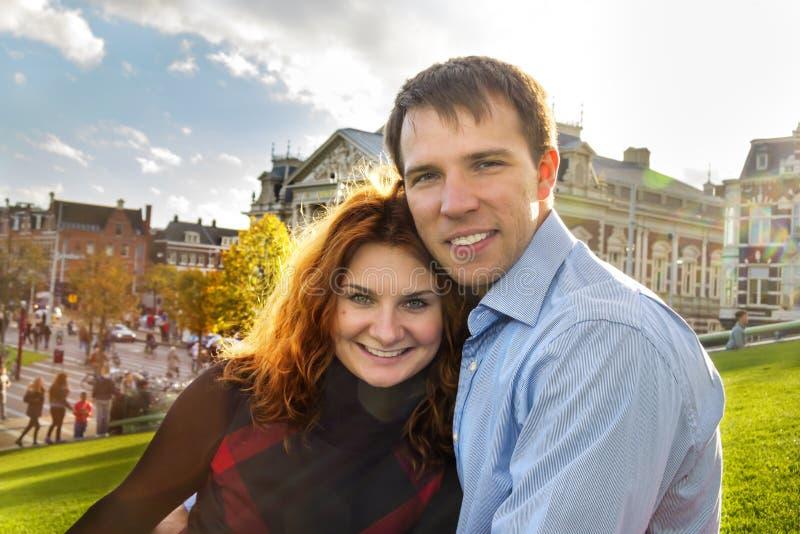 Glückliches Paar im Freien in der Liebe, die im Museum Plein, Herbst Amst aufwirft lizenzfreies stockfoto