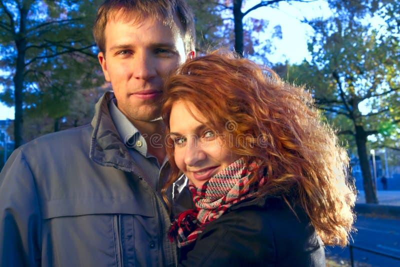 Glückliches Paar im Freien in der Liebe, Herbst Amsterdam lizenzfreie stockfotografie